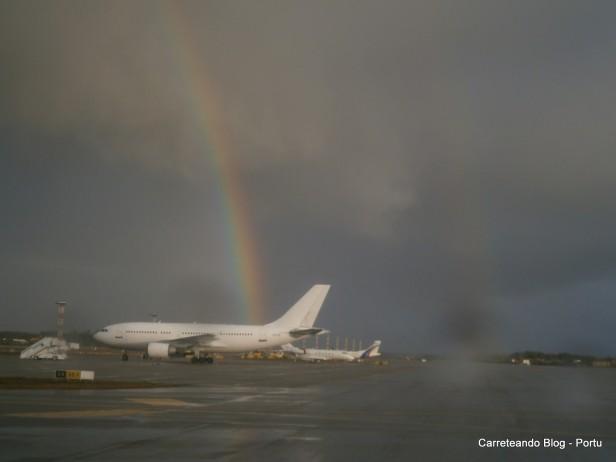 Avión de White en Porto atravesado por el arcoiris